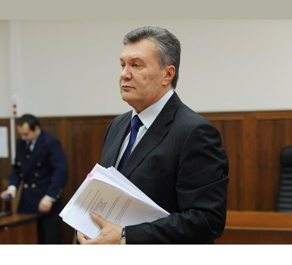 Янукович приніс з собой на допит 28 листопада пачку заміток і зачитував свідчення з листочка / REUTERS