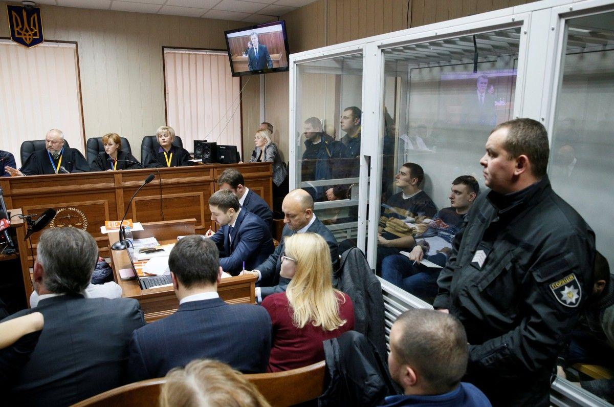 Зал Святошинского райсуда во время онлайн-допроса Януковича / REUTERS
