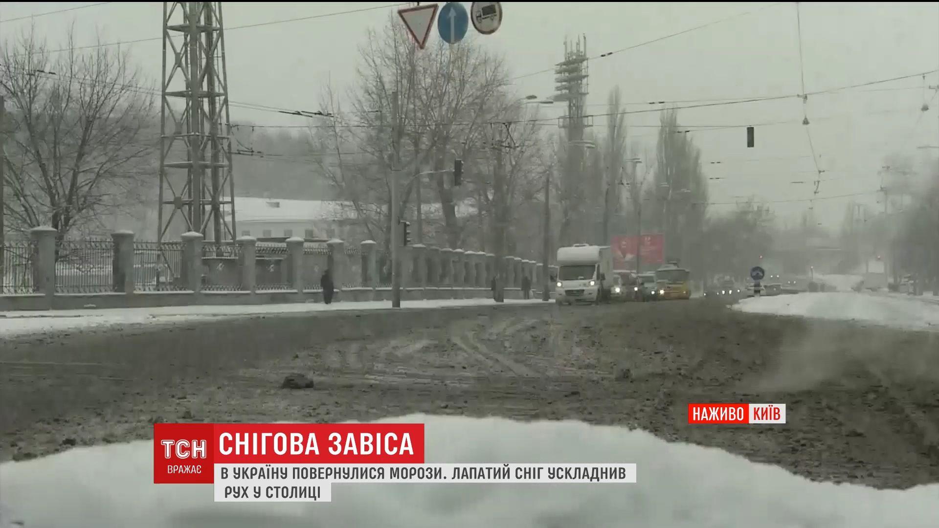 В столице не утихает снегопад: на дорогах образовались огромные пробки /