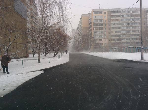 Комунальники стелили асфальт у сніг / facebook.com/volodymyr.karas