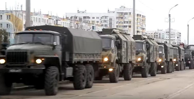 Военная техника РФ стояла на улице Буденного в Керчи в 16:00
