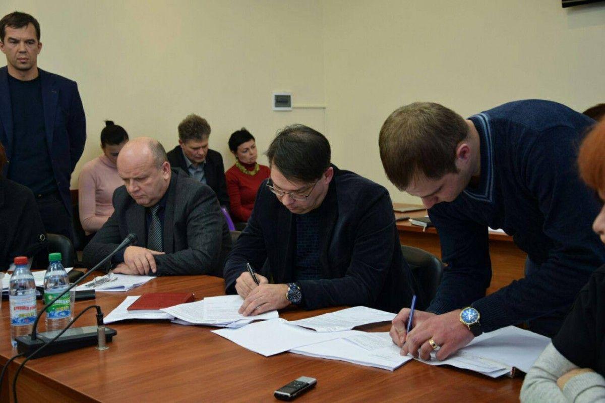 Перевірка підтвердила факти привласнення грошей Бородіним (у центрі) / Фото Олексій Савченко via Facebook