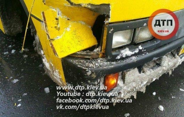 ВКиеве столкнулись две маршрутки спассажирами, есть пострадавшие