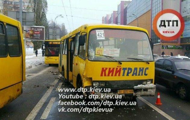 ВКиеве наГетьмана столкнулись две маршрутки спассажирами