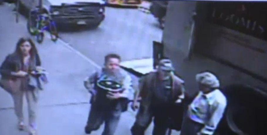 Побачивши контейнер з золотом без нагляду, чоловік не розгубився / Кадр з відео CCTV via nbcnewyork.com