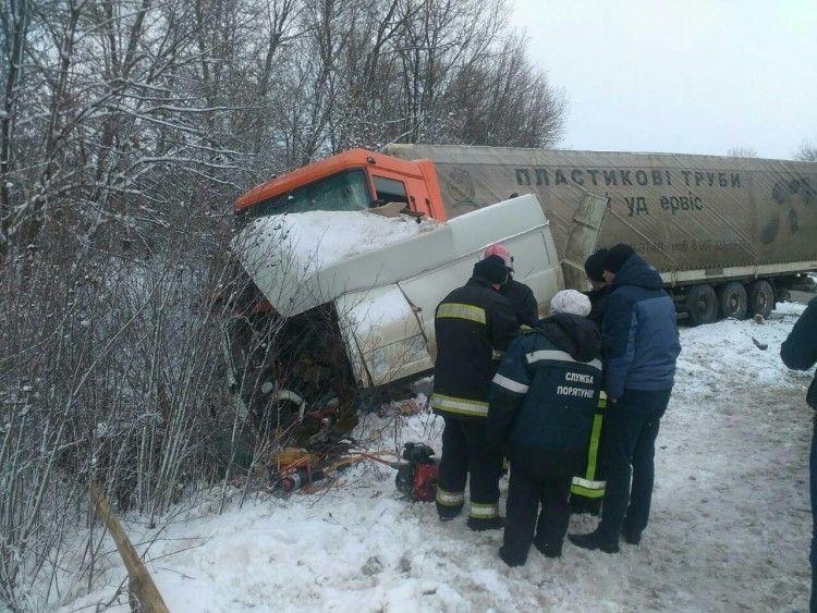 ВХмельницкой области фургон столкнулся смикроавтобусом, есть жертвы