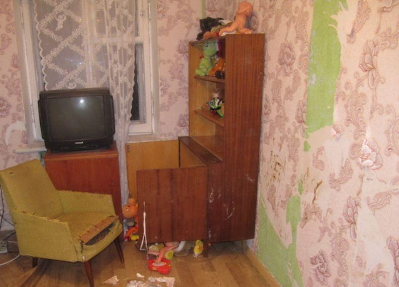 ... У Києві 20-річна матір залишила двох малих дітей самих удома на 9 днів 2810990160c17