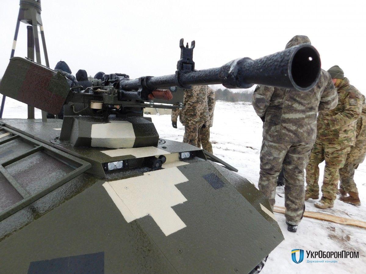 """Український безпілотний БТР """"Фантом"""" продемонстрував свої бойові можливості"""