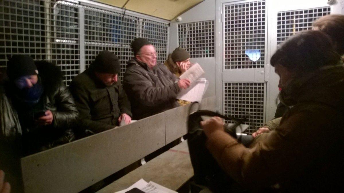 Активисты, читавшие уБелого дома пародию наКонституцию РФ, отпущены из милиции