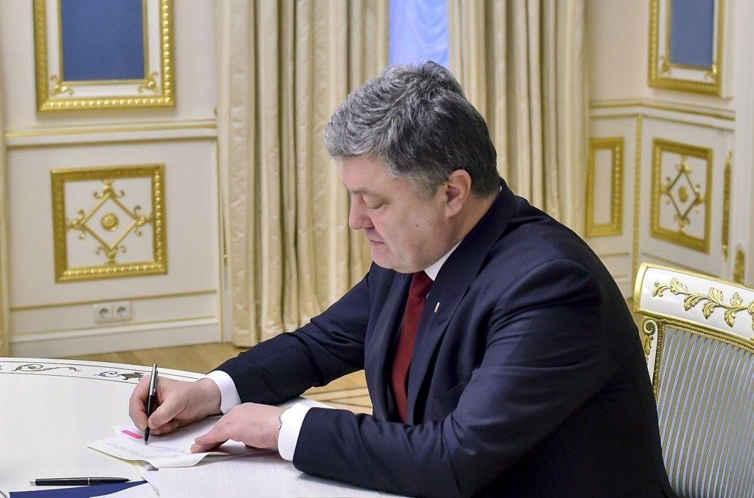 Порошенко підписав указ, який передачає нові військові квитки / УНИАН