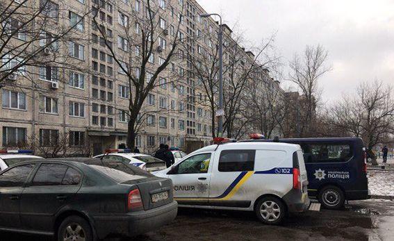 ВКиеве сострельбой пробуют задержать вооруженного мужчину: появились фото