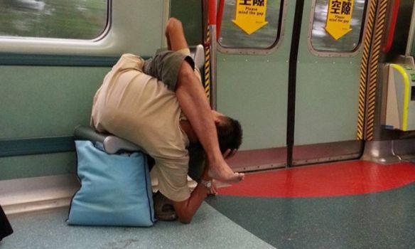 Ніхто не знає, чому чоловік бере в метро дивні пози / Фото з Facebook