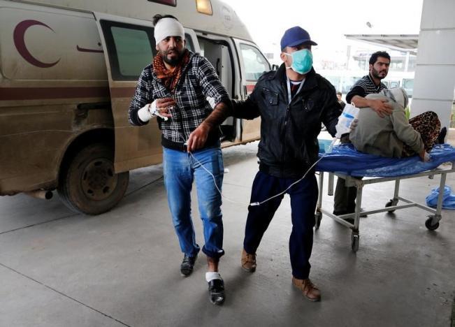 Пострадавшие от взрыва в Мосуле / REUTERS