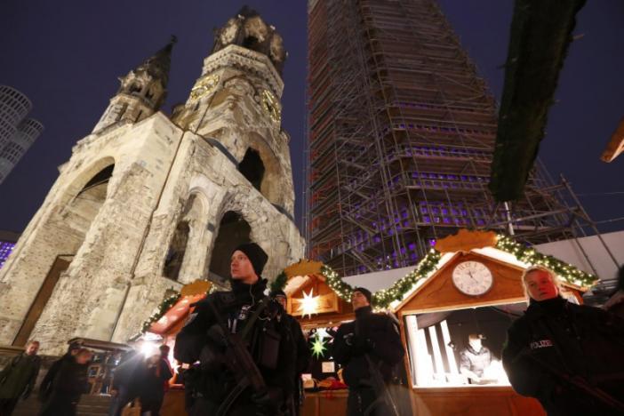 Патрульная полиция Берлина на вновь открытом ярмарки 22 декабря / REUTERS