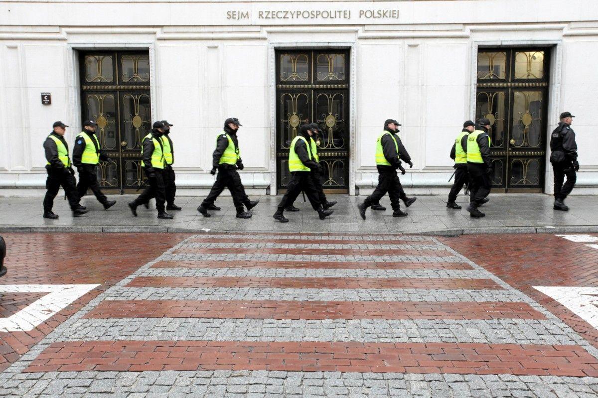 Полиция возле Сейма в Варшаве / REUTERS