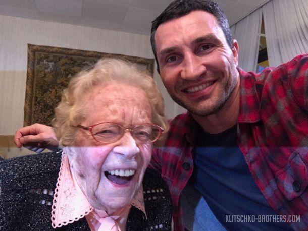 Владимир Кличко встретился сосвоей самой возрастной фанаткой