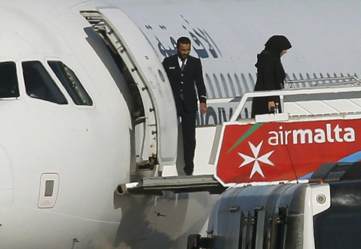 Пассажиры выходят из угнанного самолета / REUTERS