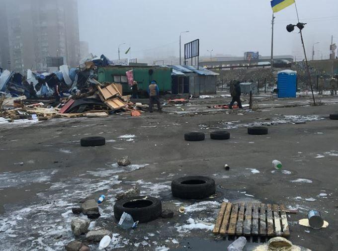ВКиеве наДарнице блокировали движение ивозводили баррикады, есть пострадавшие