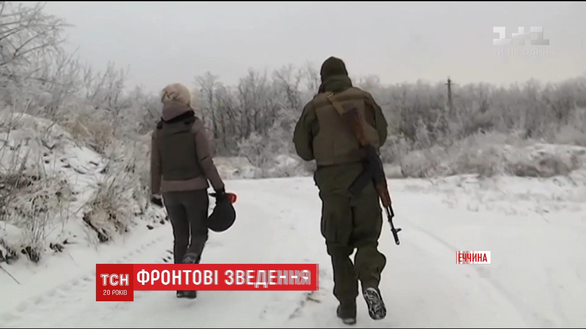 В тихі хвилини вояки відпочивають із книгою в руках або зі зброєю / Скріншот