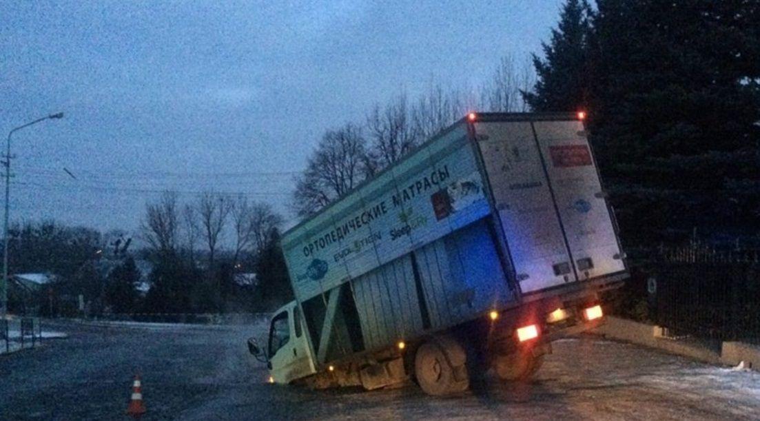 """Через """"пригоду"""" назовні почали витікати каналізаційні стоки / Фото ГУ НП у Львові"""