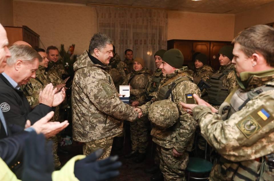 Порошенко похвастался привезённой вДонбасс военной техникой