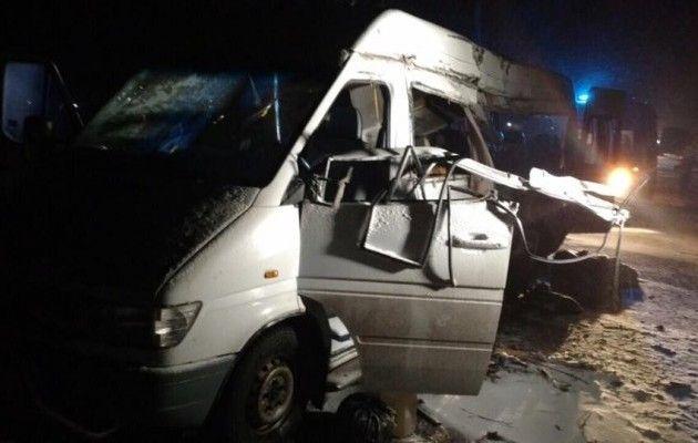 ВДнепропетровской области прицеп фуры врезался вмикроавтобус, есть погибшие