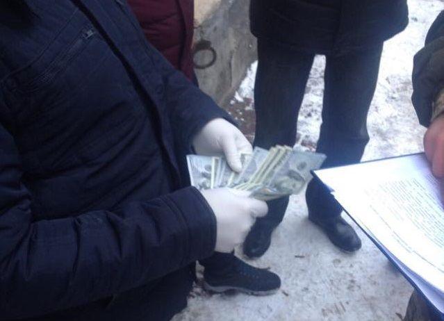 НаЛьвовщине словили СБУшника, который силой добивался 6,5 тыс. долларов взятки
