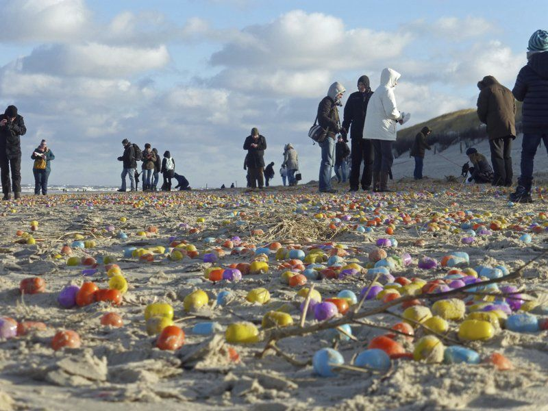 """""""Рання Пасха"""": в Німеччині весь пляж засипало """"кіндер-сюрпризами"""""""