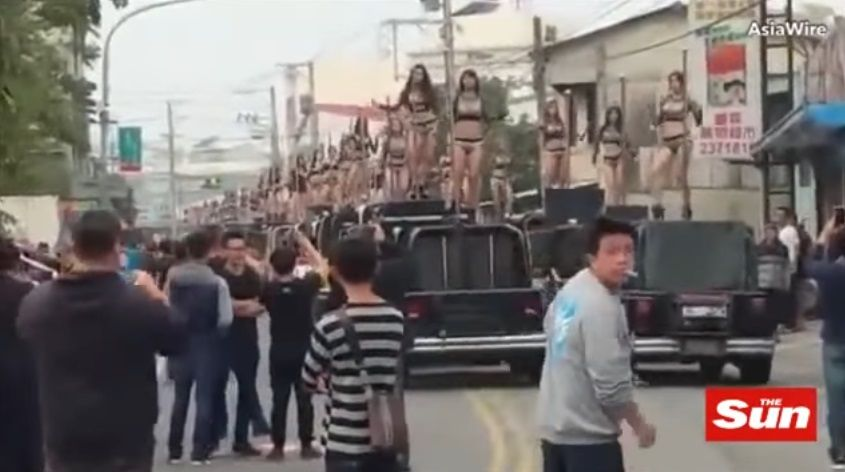 У Тайвані на похороні політика станцювали 50 стриптизерок