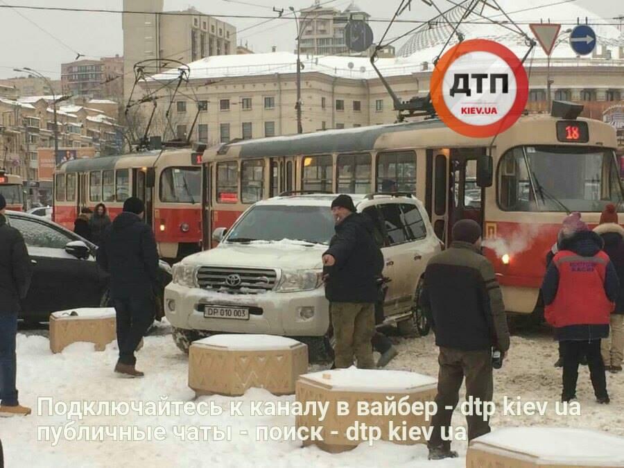 Автомобіль з дипномерами на півгодини заблокував рух трамваїв / facebook.com/dtp.kiev.ua