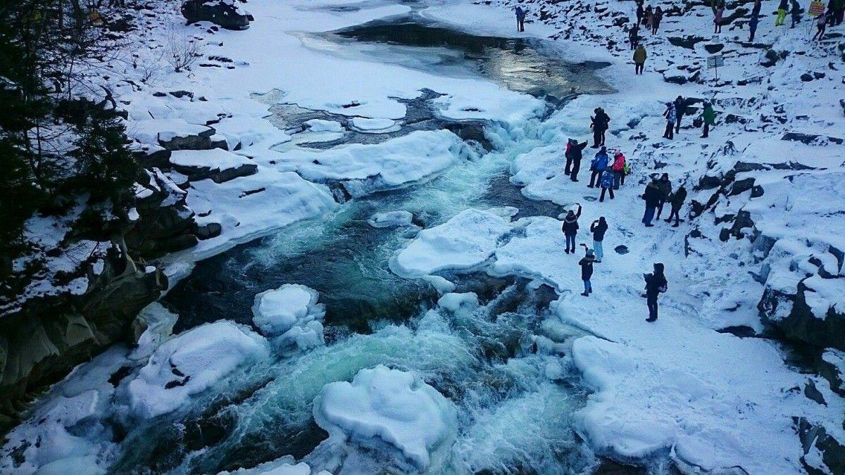 Водопадом Пробой течет холодная вода и он замерзает при очень низких температурах /