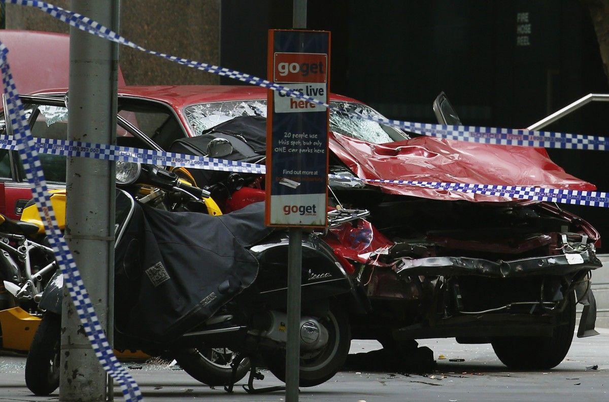 ВМельбурне автомобиль въехал втолпу прохожих