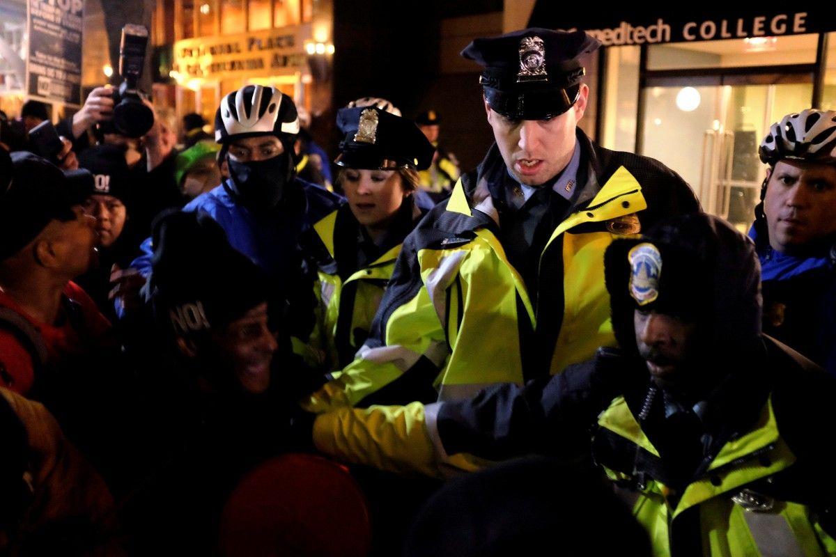 Акции протеста вВашингтоне переросли вбеспорядки истолкновения сполицией