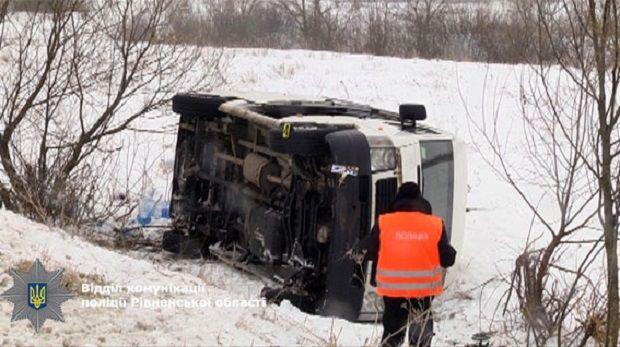 ВРовенской области микроавтобус слетел вкювет: пострадали 7 человек
