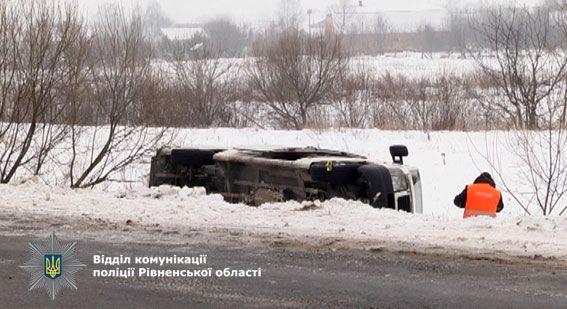 ВРовенской области с дороги слетел автобус, есть пострадавшие
