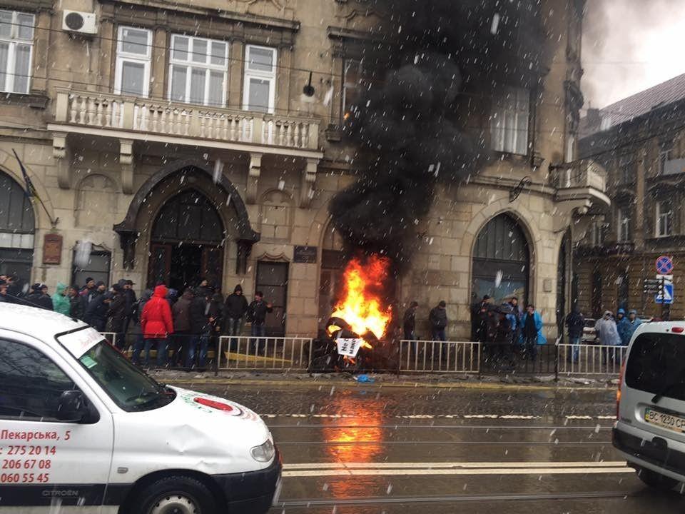 Как вцентре Львова полыхали шины: появились фото, видео