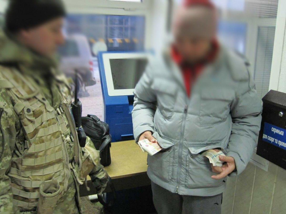 Таможенники задержали водителя, который пытался вывезти вкарманах 1,6 млн. руб.