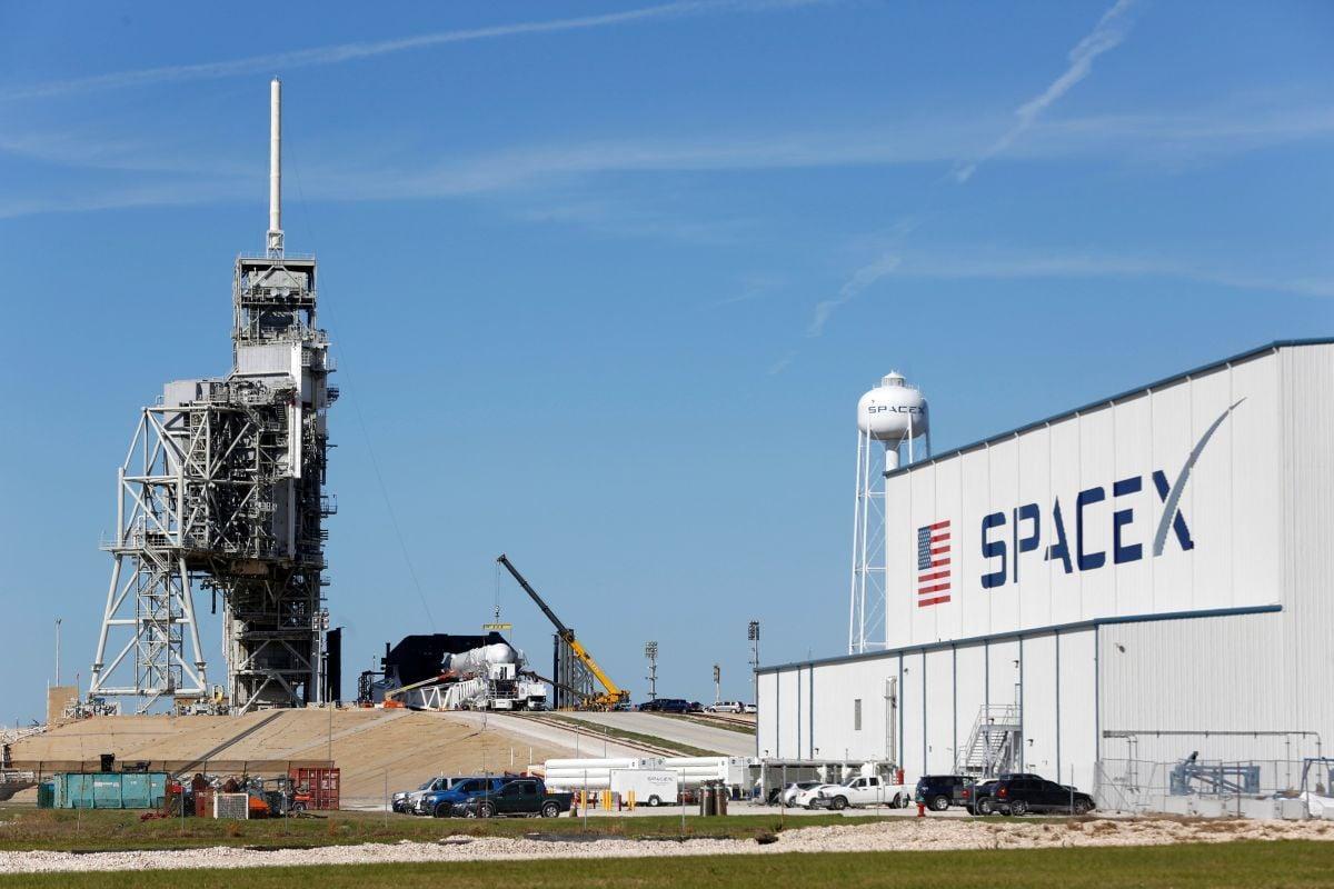 SpaceX анонсировала 1-ый полёт космических туристов кЛуне в последующем году