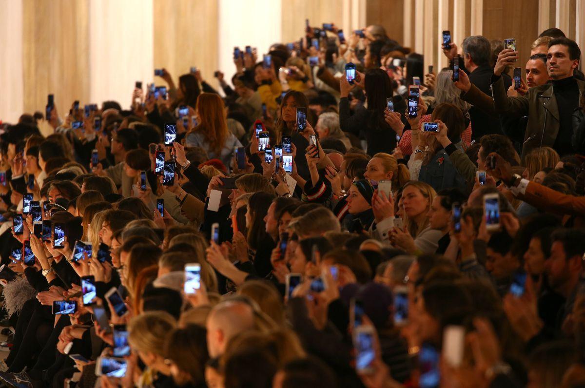 Стало известно количество людей, которые пользуются мобильной связью