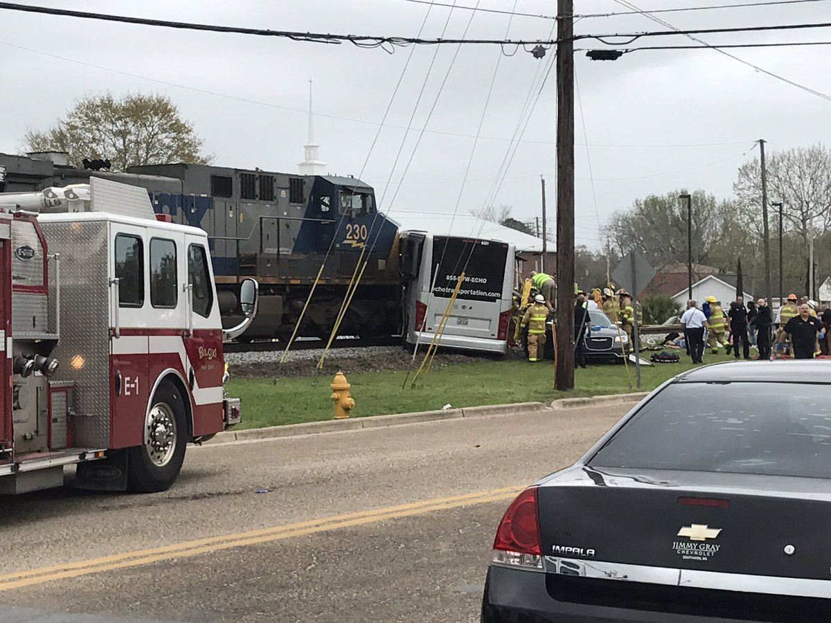 4 человека погибли при столкновении поезда савтобусом вСША
