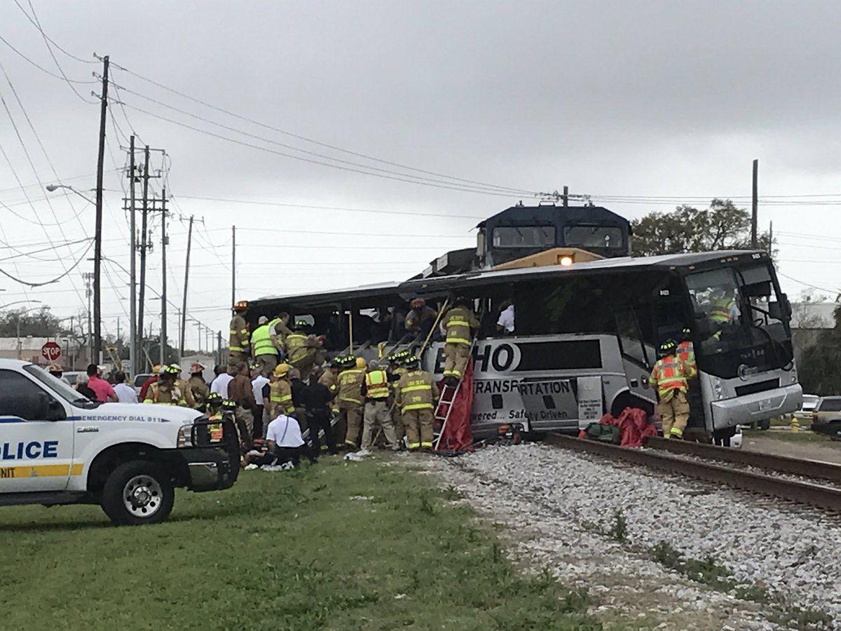 Поезд протаранил автобус с50-ю пассажирами вСША