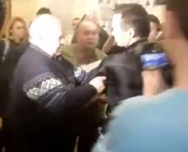 Участник АТО ударил руководителя Совета Безопасности зазащиту Георгиевкой ленты