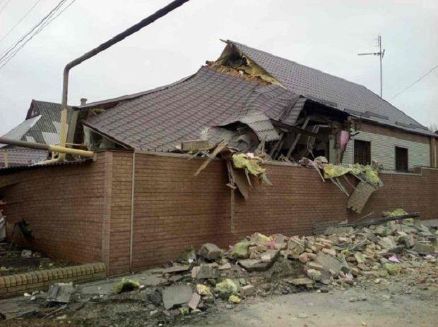 Боевики обстреляли Марьинку иНиколаевку, разбомбили дома илинии электропередач