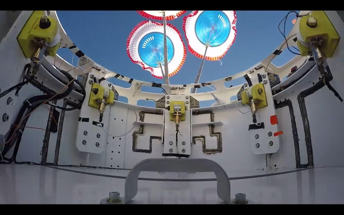 Boeing проверила парашюты своего первого космического корабля