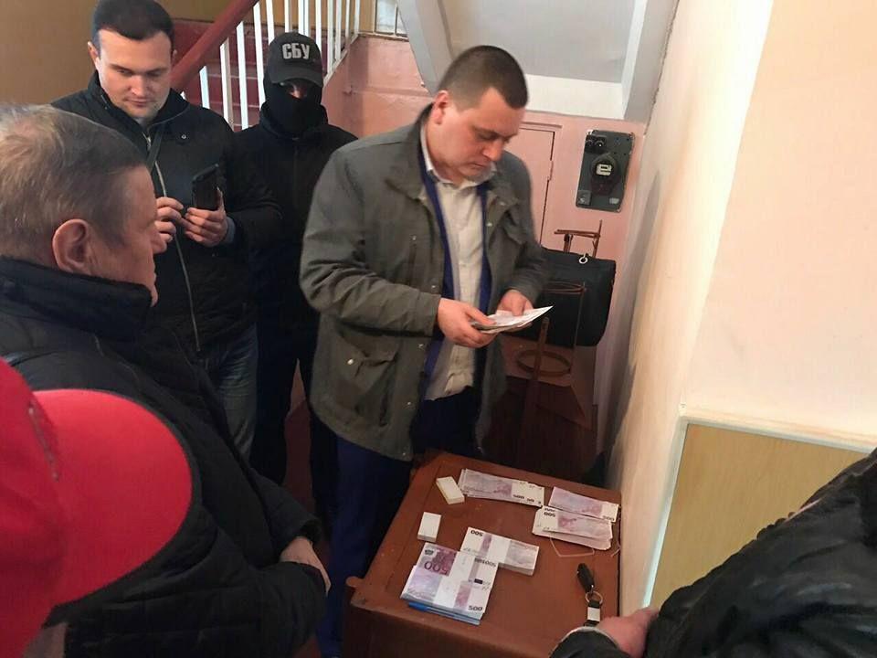 Под Киевом сельский голова попался навзятке 250 тыс. евро