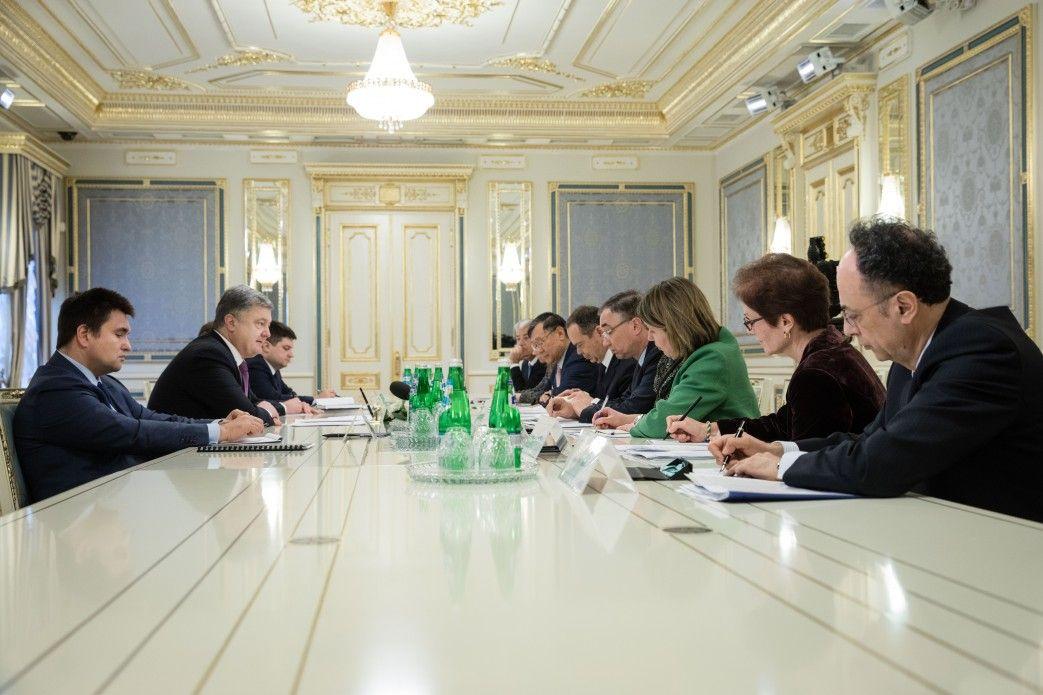 Семь послов готовы стать няньками украинского закона обе-декларировании