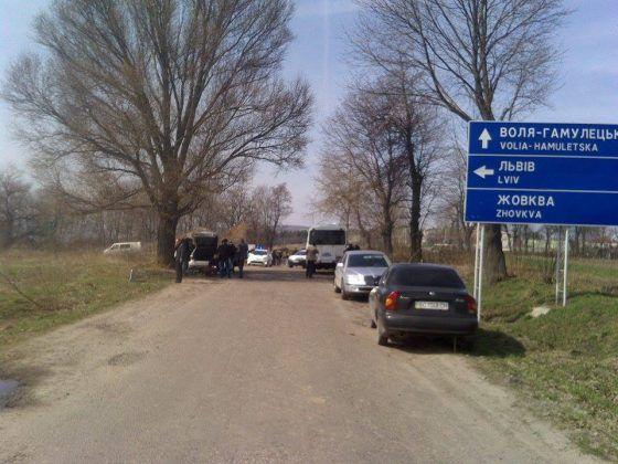 НаЛьвовщине неизвестные перекрыли интернациональную дорогу: пылают дымовые шашки