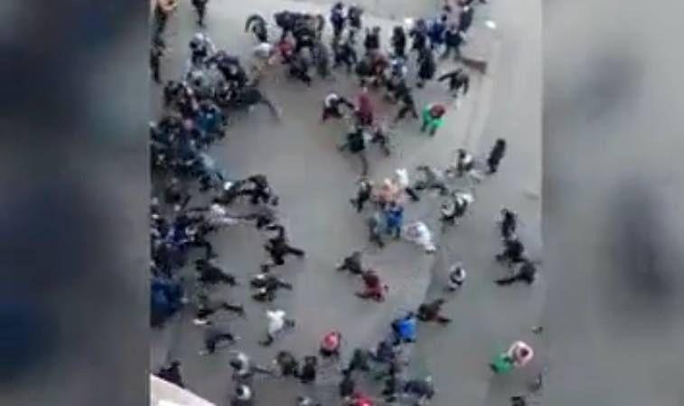 ВИДЕО (+18): ВоЛьвове произошла массовая драка между школьниками иучащимися ПТУ