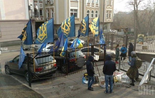 Вдобрый путь! Активисты принесли Насирову теплые носки итюремное одеяло