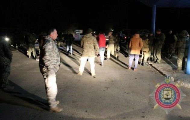 Чтобы остановить вооруженную автомобильную колонну краматорские полицейские открыли огонь